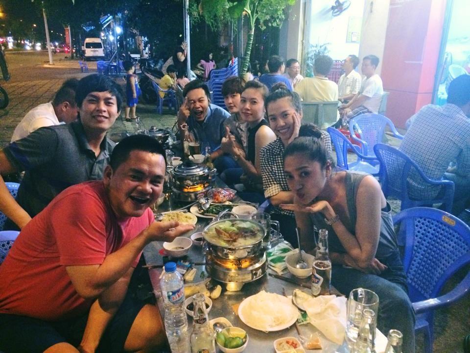 """Bảo Anh và bạn bè hẹn nhau đi ăn lẩu bầu cua """"ngon banh chành"""" ở Vũng Tàu vào một ngày Sài Gòn trở chứng."""