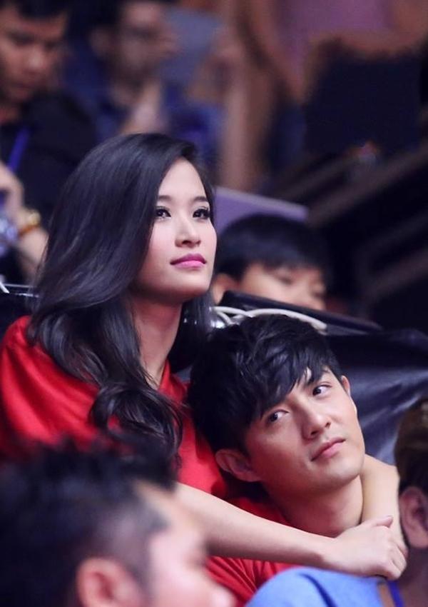"""Đông Nhi khiến fan thích thú với lời cảnh cáo gửi đến Ông Cao Thắng: """"Mình đang ôm mà dám nhìn đi chỗ khác... tí gặp phải xử mới được""""."""