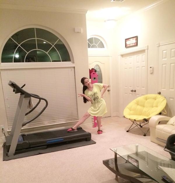 """Bảo Thy chia sẻ hình ảnh nhắng nhít tạo dáng bên chiếc máy tập thể dục sau một thời gian vẫn còn bị ảnh hưởng từ chuyến bay sang Mỹ: """"Cô bé bị jetlag nhưng vẫn tăng động""""."""