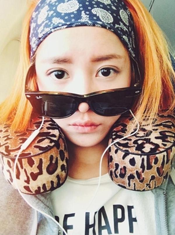 Thích thú với kiểu tóc mới rực màu của nắng, Chi Pu selfie mọi lúc mọi nơi. Mới đây nhất, là tạo hình hippy ngộ nghĩnh với khăn turban và kính đen cực ngầu cùng chiếc gối đệm cổ da báo đáng yêu.