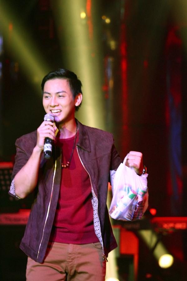 Hoài Lâm bất ngờ nhận những hộp sữa từ fan của mình - Tin sao Viet - Tin tuc sao Viet - Scandal sao Viet - Tin tuc cua Sao - Tin cua Sao