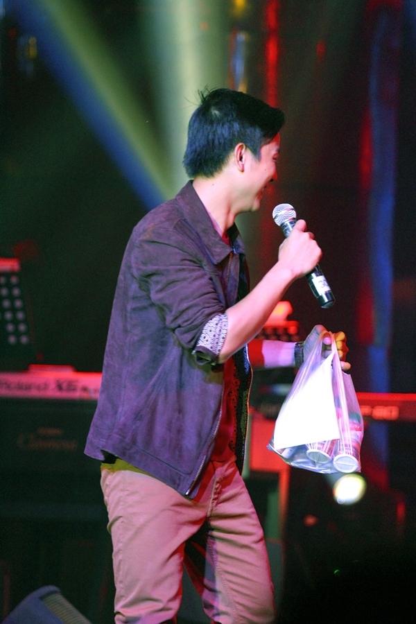 Hoài Lâm được fan tặng quà độc ngay trên sân khấu - Tin sao Viet - Tin tuc sao Viet - Scandal sao Viet - Tin tuc cua Sao - Tin cua Sao