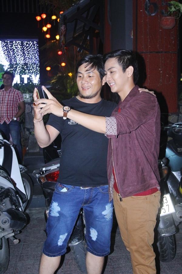 Hoài Lâm nán lại chụp ảnh cùng fan hâm mộ cuối chương trình. - Tin sao Viet - Tin tuc sao Viet - Scandal sao Viet - Tin tuc cua Sao - Tin cua Sao