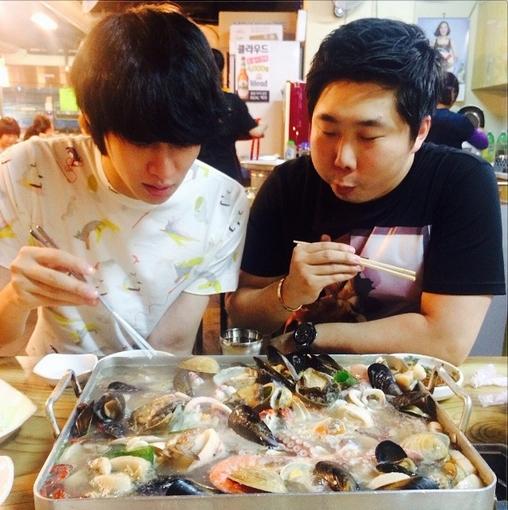 Heechul khoe hình ăn hải sản cực hấp dẫn