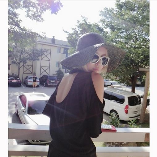 Hyomin khoe hình cùng nón rộng vành cực ngầu