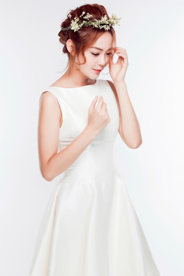 Ngắm Minh Hằng đẹp tinh khôi với đầm trắng