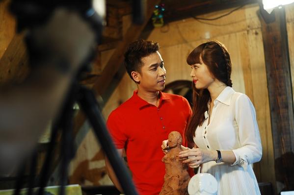 Lê Hoàng đảm nhận vai trò đóng vai chính trong MV, và người bạn diễn cùng anh cũng chính là bạn gái thật ngoài đời tên Việt Huê. - Tin sao Viet - Tin tuc sao Viet - Scandal sao Viet - Tin tuc cua Sao - Tin cua Sao