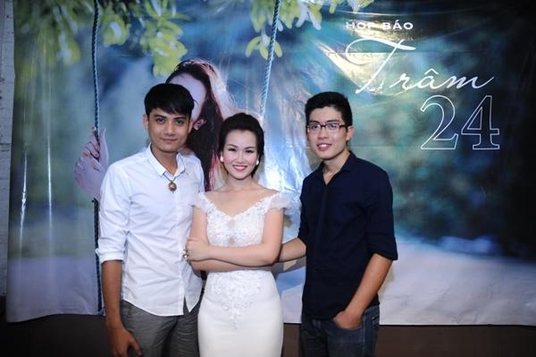 Ca sĩ chụp ảnh chung với Hải Đăng (trái) và Khểnh. Trong đó, Hải Đăng là người bạn thân học cùng Võ Hạ Trâm ở Nhạc viện TP HCM, còn Khểnh là nhiếp ảnh trẻ. Đây là hai diễn viên nam chính trong MV 'Còn đâu'.