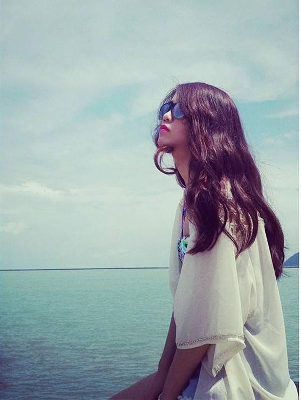 Trầm tư trước biển, Ngọc Thảo đang suy ngẫm lại mọi chuyện không hay đã diễn ra trong thời gian gần đây. Bên cạnh đó, cô nàng cũng đang tự vạch ra cho mình một hướng đi mới trong tương lai.