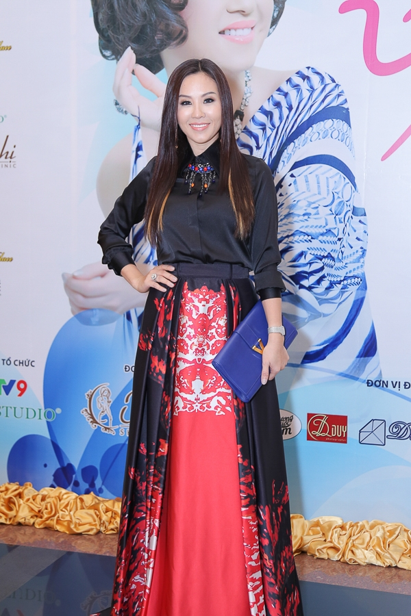 Với chiếc túi màu xanh đẹp mặt và trang sức đeo cổ đắt tiền, hoa hậu Thu Hoài được khen ngợi rất nhiều bởi sự tinh tế và chỉnh chu trong các sự kiện văn hóa.