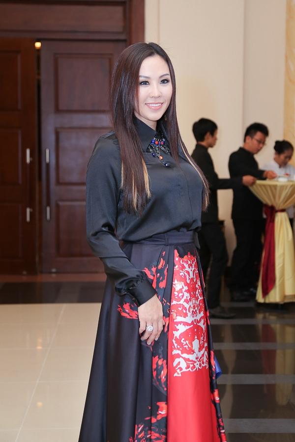 Được biết, hoa hậu Thu Hoài là nhà tài trợ cho liveshow Sol Vàng diễn ra hàng tháng, là nơi tôn vinh những danh ca hàng đầu Việt Nam.