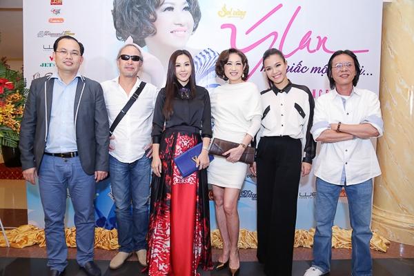 Đến dự buổi ra mắt, hoa hậu Thu Hoài còn có dịp đọ dáng cùng danh ca Ý Lan, ca sĩ Phương Vy, đạo diễn Đinh Anh Dũng và nhạc sĩ Nguyễn Quang.