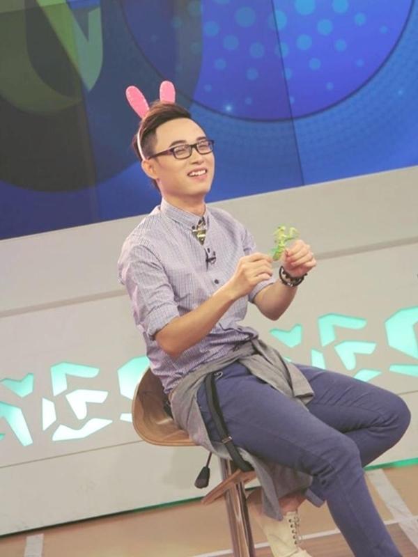 Trúc Nhân đeo tai thỏ chọc fan cười bò lăn bò càng khi lồng tiếng nhân vật hoạt hình ngay trên sân khấu. Nhìn Trúc Nhân đeo chiếc tai thỏ trông khá là đáng yêu và có phần hơi nữ tính một chút.