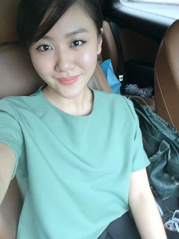 """Văn Mai Hương tự trêu mình là """"bánh bèo"""" với set đồ xanh pastel dịu ngọt. Fan cô nàng cũng hùa vào trêu: """"Lâu lâu được một tấm nữ tính""""."""