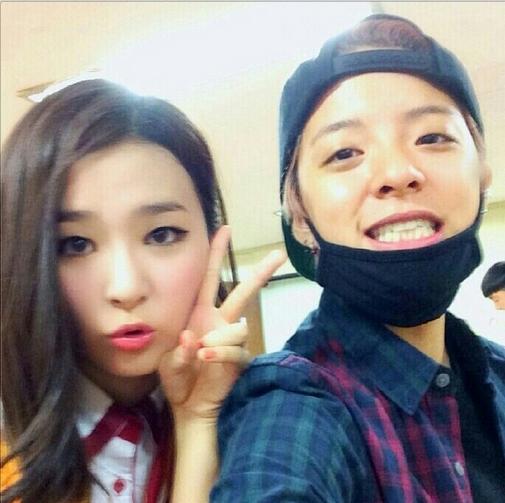 Amber khoe hình chụp với thành viên Seulgi của Red Velvet và cổ vũ đàn em trong lần ra mắt đầu tiên