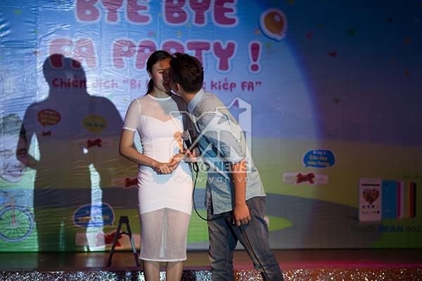 """Đông Hùng bất ngờ tỏ tình và hôn bạn gái Phương Linh trước sự chứng kiến của mọi người khiến cho cô nàng hạnh phúc """"đỏ mặt""""."""