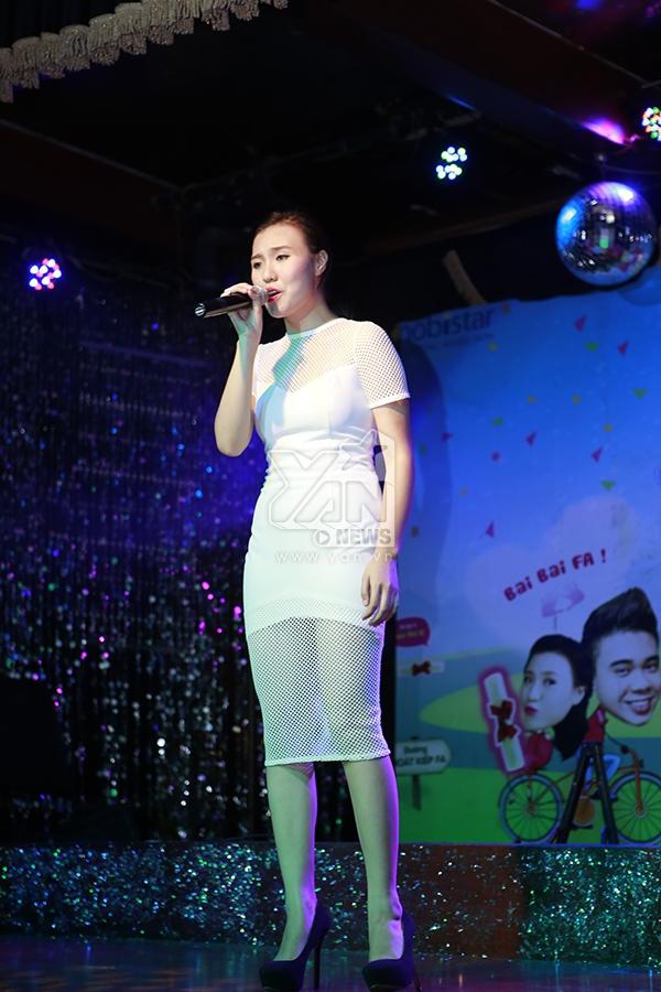 Đông Hùng hôn Phương Linh trong buổi giới thiệu đứa con chung đầu lòng