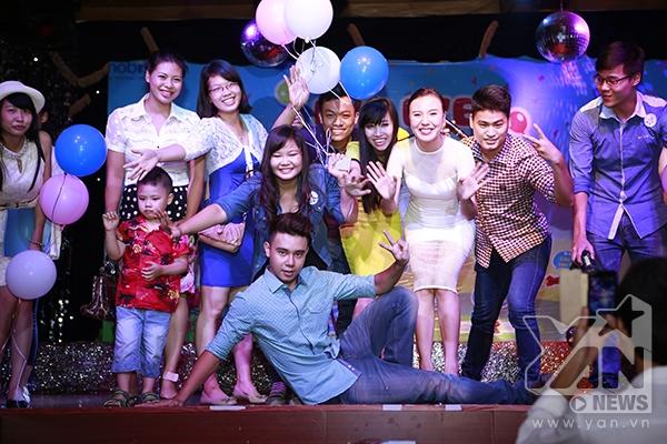 """Khép lại buổi """"Bye bye FA party"""", Đông Hùng và Phương Linh hi vọng khán giả sẽ đón nhận và yêu thích single """"Ngày mai yêu thêm"""" cũng như luôn dõi theo, ủng hộ cho cả hai trong thời gian tới."""