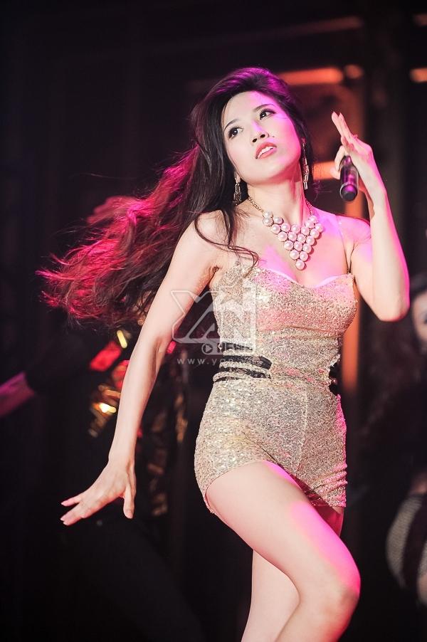 Trang Pháp thể hiện 2 bài hát Lựa chọn và Version of you được phối lại theo phong cách EDM cùng tung hứng với DJ Licca.