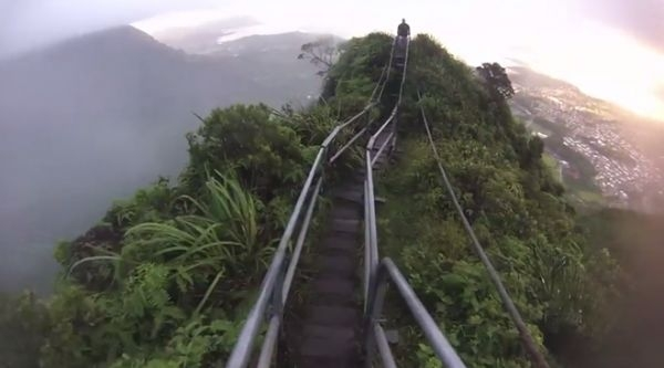 Bậc thang gần như dựng đứng với một số vị trí nằm trên đỉnh núi chìm trong những đám mây.