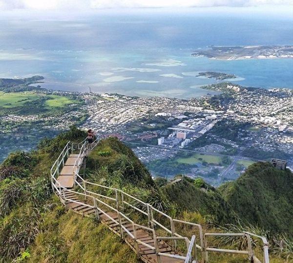 Một du khách đứng trên cao phóng tầm mắt tận hưởng vẻ đẹp thiên nhiên.