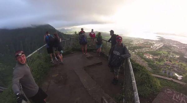 Một vài bậc thang phẳng và rộng cho phép người đi bộ nghỉ ngơi và ngắm cảnh.