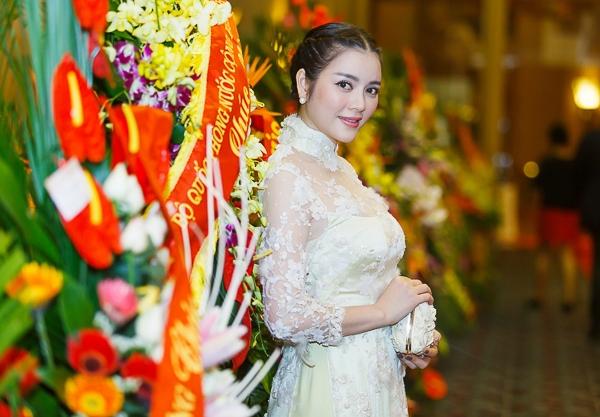 Tới tham dự sự kiện kỷ niệm trọng đại của Đại sứ quán Singapore, Lý Nhã Kỳ diện chiếc áo dài truyền thống của Việt Nam vô cùng duyên dáng, sang trọng.