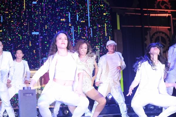 [Electric Steam Punk] Hoàng Thùy Linh đốt mắt khán giả bằng đường cong cùng vũ đạo