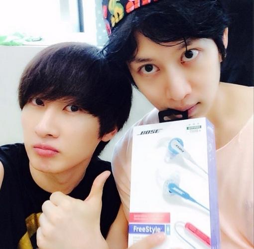 Heechul khoe hình cùng Eunhyuk và món quà trên tay