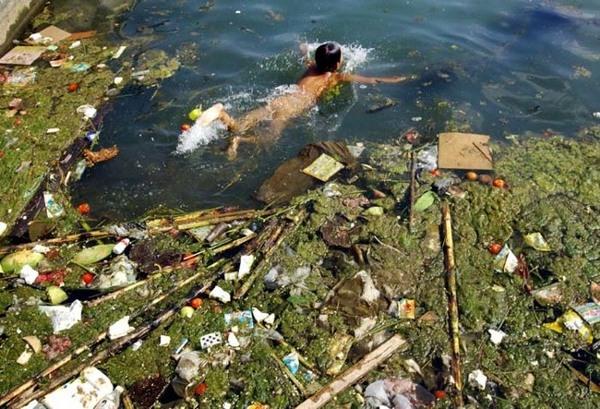 Rác bẩn trôi nổi đầy trên sông lại là nơi mà những cậu bé bơi lội. Nguồn nước ô nhiễm luôn tiềm ẩn những căn bệnh nguy hiểm đến sức khỏe của con người.