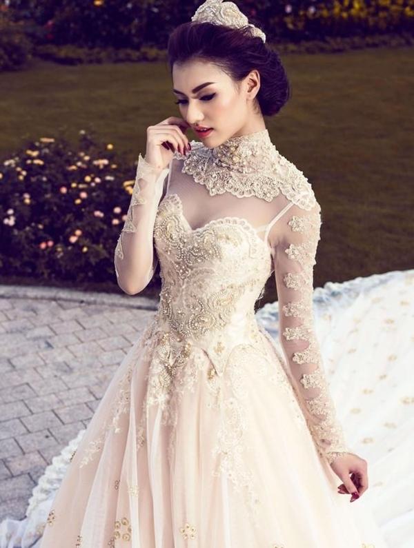 Hồng Quế khoe vẻ đẹp đằm thắm, dịu dàng và không kém phần quyến rũ khi hóa thân thành một cô dâu lộng lẫy một shoot hình áo cưới.