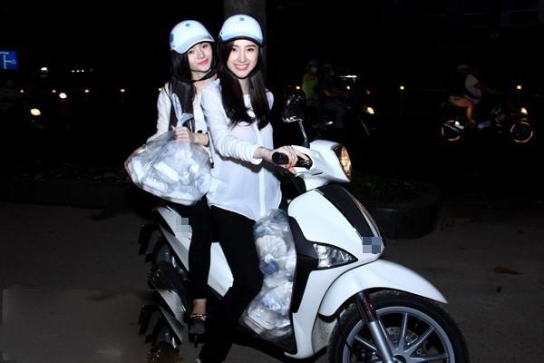 """Hai chị em Phương Trinh – Phương Trang lái xe đi từ thiện. Nhưng thực ra, cô nàng Phương Trinh chỉ cầm lái để """"tạo dáng"""" mà thôi!!"""