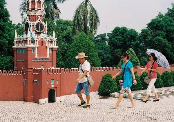 Bức tường và tháp đồng hồ ở điện Kremlin, Moscow, Nga.