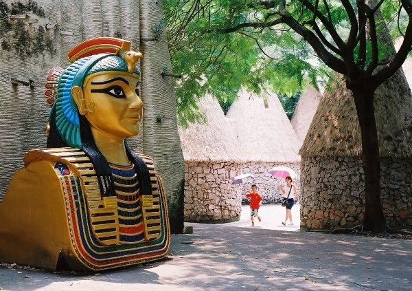 """Thậm chí, bạn có thể đi vào trong các kim tự tháp để ngắm nhìn những bức tượng Ai Cập """"phiên bản nhái"""" khác"""