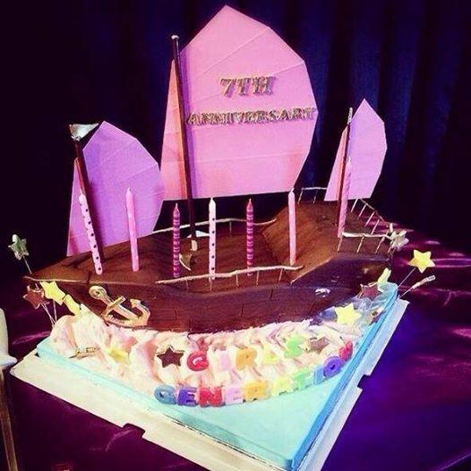 Taeyeon lần đầu tiên quay lại Instagram sau scandal hẹn hò và đăng tải chiếc bánh kem kỷ niệm 7 năm SNSD cực đẹp