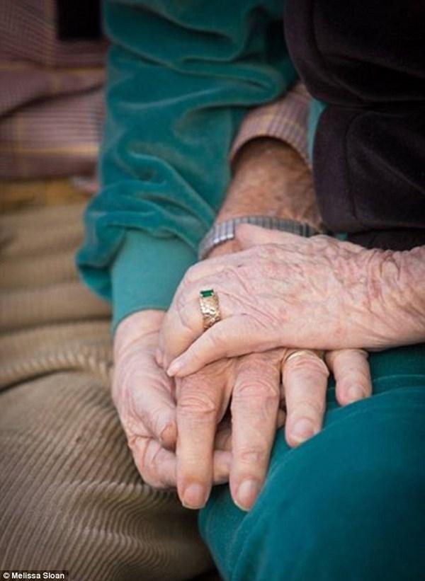 Cảm động vợ chồng già nắm tay qua đời trên giường bệnh