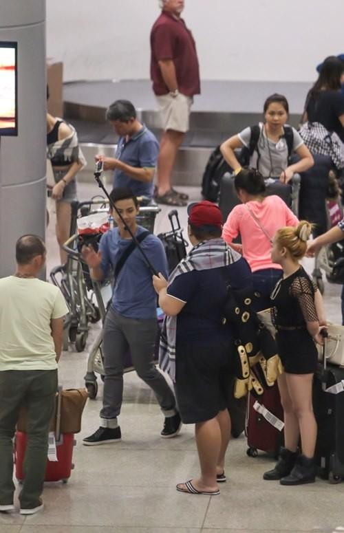 """Vương Khang cùng Hoài Lâm và Mi-A tranh thủ """"tự sướng"""" tại sân bay"""