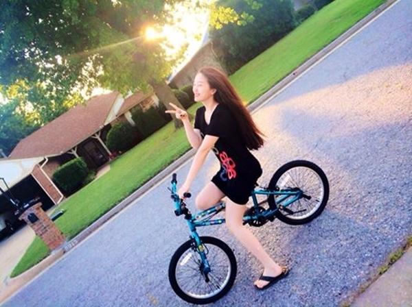 """Bảo Thy hình như vẫn chưa thỏa mãn với công cuộc chu du trời Tây cho đến tận bây giờ. Mới đây, cô nàng còn đăng tải hình ảnh tạo dáng nhắng nhít bên chiếc xe đạp kiểu dáng khá """"teen"""", miệng cười rạng rỡ và không quên chú thích cùng fan một chuyện đặc biệt thú vị: """"Bên này gần 8 giờ tối rồi mà trời vẫn áng trưng vậy nè hehe"""""""