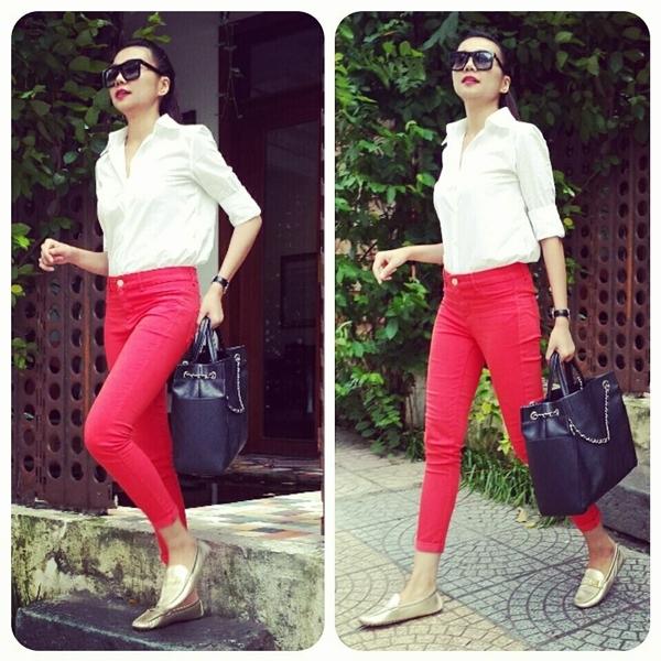 """Luôn được đánh giá cao bởi gout thời trang cực """"chất"""" không chỉ trên thảm đỏ mà cả ở đời thường, Thanh Hằng luôn gây chú ý mạnh mỗi khi xuất hiện. Từ những bộ trang phục đơn giản nhưng Thanh Hằng luôn phối hợp một cách rất hài hòa và tinh tế. Diện trên mình chiếc áo sơ mi đơn giản, đi cùng với nó là chiếc quần jean đỏ nổi bật và đôi giày bệt màu nhũ, Thanh Hằng khéo léo khoe thân hình """"chuẩn không cần chỉnh"""" bên cạnh đôi chân dài 1m12 đáng ngưỡng mộ. Bên cạnh đó, với phụ kiện là chiếc mắt kiếng cùng và túi xách càng làm cho cô trở nên năng động và cá tính."""