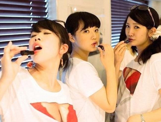 Các bạn trẻ châu Á đang rất yêu thích mốt áo khoe nội y