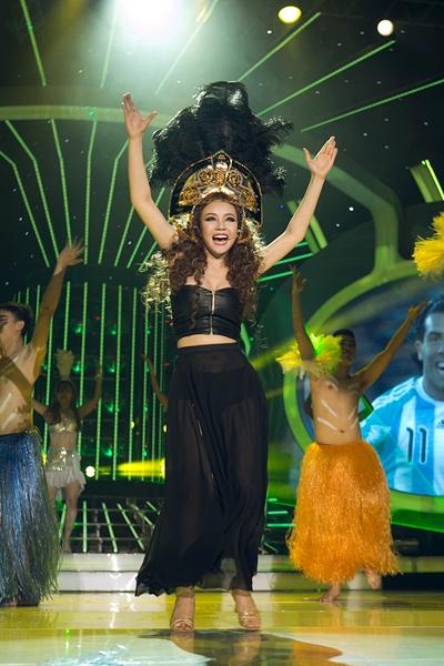 Màn hóa thân thành Shakira của Vy Oanh trong chương trình Gương mặt thân quen