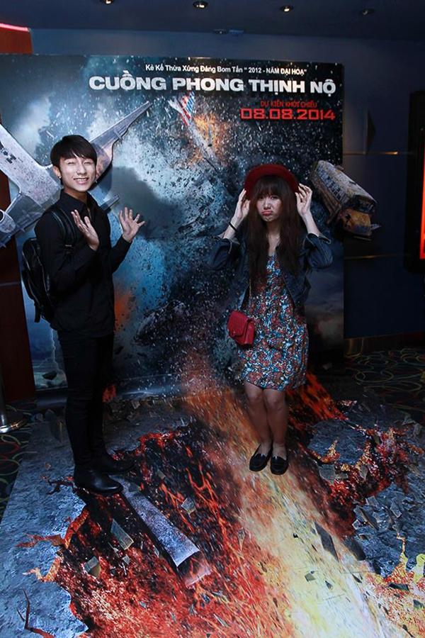 Cả hai rất thích thú trước hình ảnh siêu bão được dựng bạckground 3D lần đầu tiên xuất hiện tại ViệtNam. Sơn Tùng và Hari Won thể hiện sự thân thiết trước ống kính.