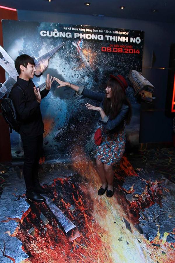 """Trong buổi ra mắt phim """"Cuồng phong thịnh nộ"""" ngày 5/8, Sơn Tùng M-TP và Hari Won sánh đôi đến tham dự cùng nhau."""