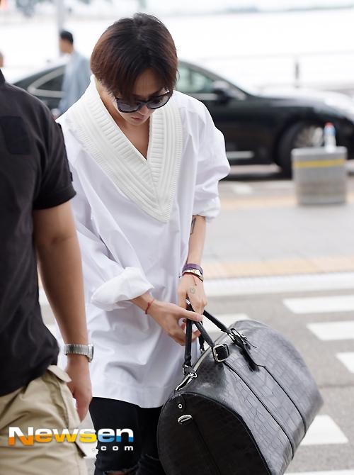 G-Dragon diện đồ cực chất lên đường sang Hong Kong