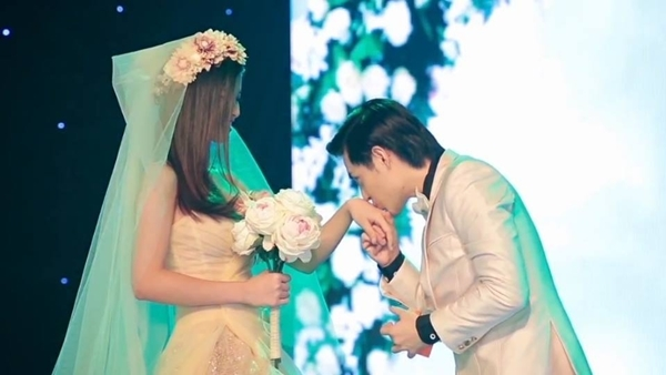 """Đông Nhi và Ông Cao Thắng là cặp đôi đẹp của showbiz Việt, cả 2 luôn dành cho nhau những cử chỉ thân thiết, ấm áp, không có scandal cũng như luôn giúp nhau trong các hoạt động âm nhạc cũng như cuộc sống hằng ngày. Những cử chỉ thân mật, hình ảnh tràn ngập yêu thương luôn được """"cập nhật"""" liên tục trên trang cá nhân của họ và đương nhiên fan hâm mộ 2 bên đang mong chờ một """"happy ending"""" thật là lãng mạn và lung linh. Mới đây, trên trang cá nhân của Đông Nhi vừa chia sẻ một bức ảnh ghi lại khoảnh khắc Đông Nhi khoác lên mình bộ bộ áo cưới xinh xắn và nhận một nụ hôn nồng cháy từ """"chú rể"""" Ông Cao Thắng, bên cạnh đó, cô nàng còn kèm theo một dòng status đầy ngụ ý: """"Mơ một hạnh phúc, có quá lớn lao không anh.."""""""
