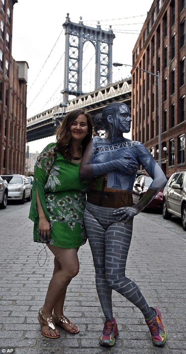 Trina và Jessica vui vẻ sau buổi chụp ảnh vất vả. Họ đã có được những bức ảnh nghệ thuật ưng ý