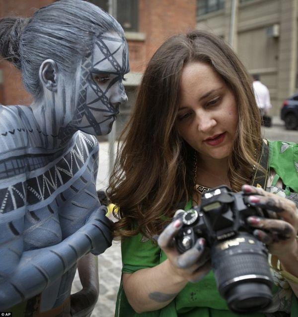 Khám phá bộ ảnh độc đáo của cô gái tàng hình nơi công cộng