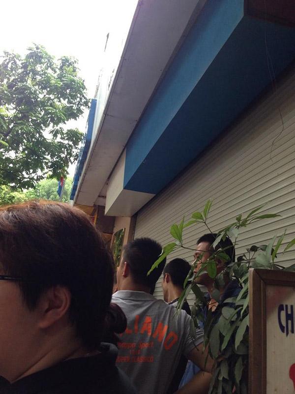 Hà Nội: Đám đông xếp hàng mua đồ hiệu với giá bèo gây tắc đường