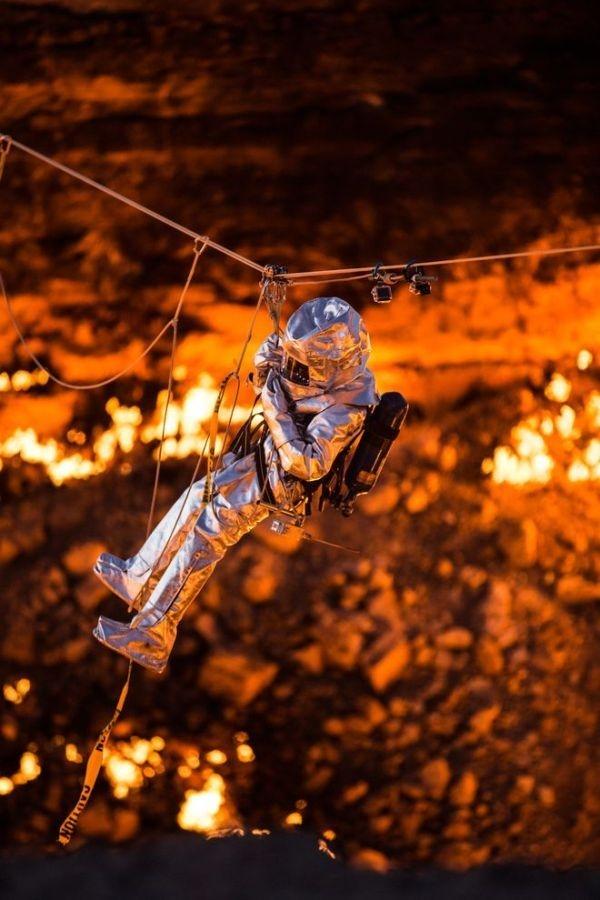 """Để có thể thực hiên """"sứ mạng"""" này nhà thám hiểm phải mặc một bộ quần áo chống nhiệt chuyên dùng cùng sự trang bị của rất nhiều thiết bị hỗ trợ"""