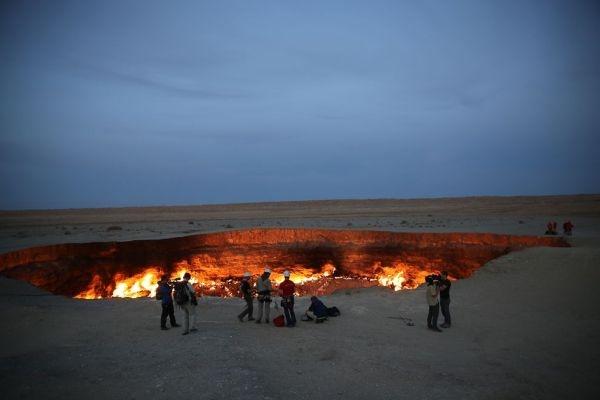 """Theo nhiều nguồn tin, sự xuất hiện của """"cổng địa ngục"""" này xuất hiện không phải là do hiện tượng thiên nhiên kì bí mà do một tai nạn khoan thăm dò vào năm 1971"""